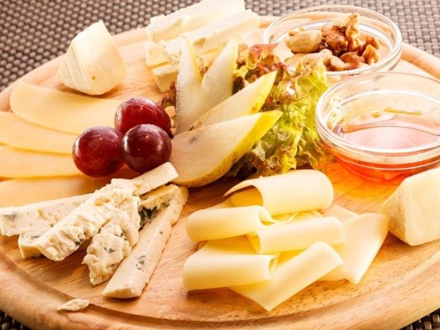 почему к сыру подают мед